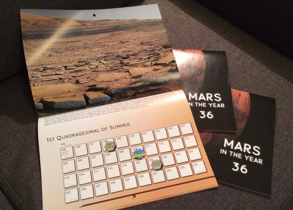 Painettu Mars-seinäkalenteri, aukeamalla näkyy Marsin maisemia